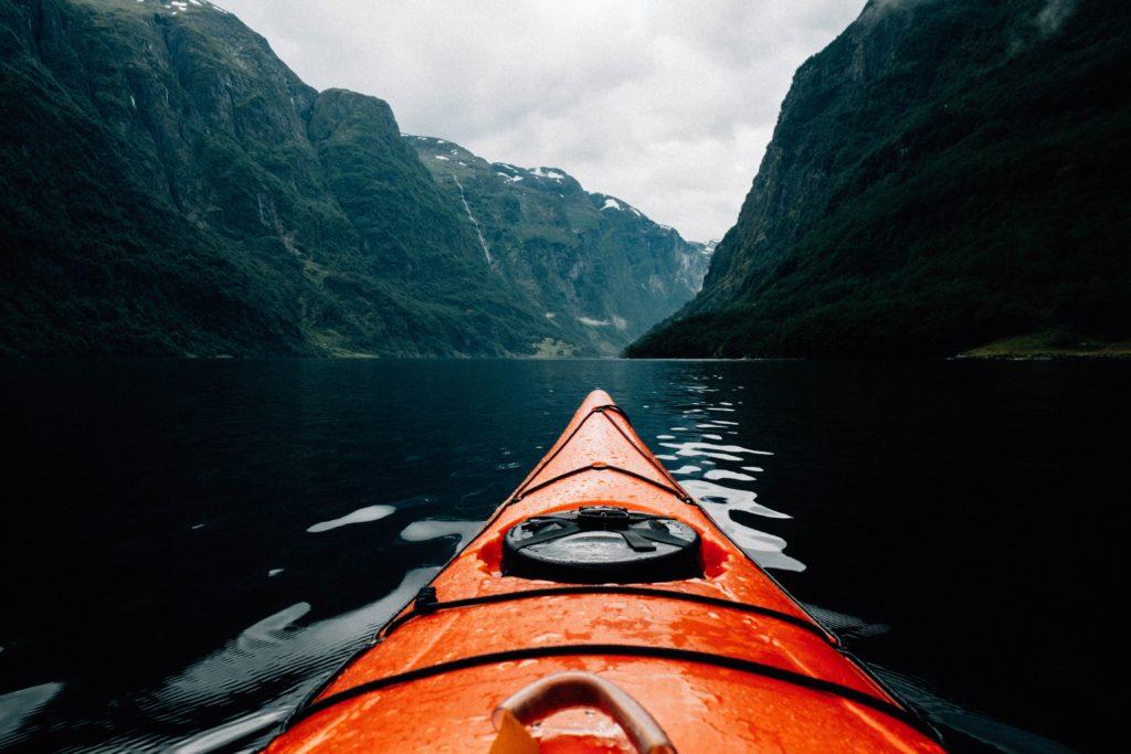 Kayak dans les montagnes